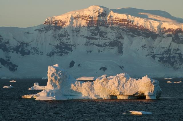 Antarktis i februari, strax efter midnatt.