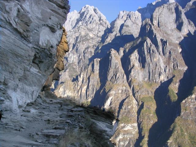 Dramatiskt parti längs leden och t.h. bergen på ravinens motsatta sida