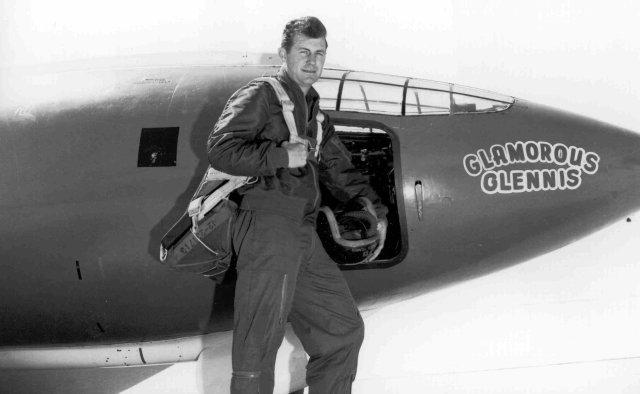 Chuck Yeager med det flygplan med vilket han sprängde ljudvallen 1947