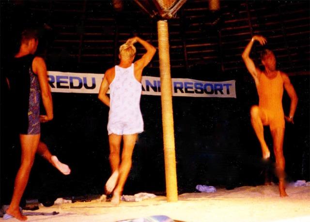 Tre dansande dykinstruktörer på Kuredu-showen 1999