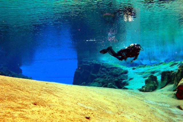 Dykning i isländska Thingvellirs kristallklara vatten