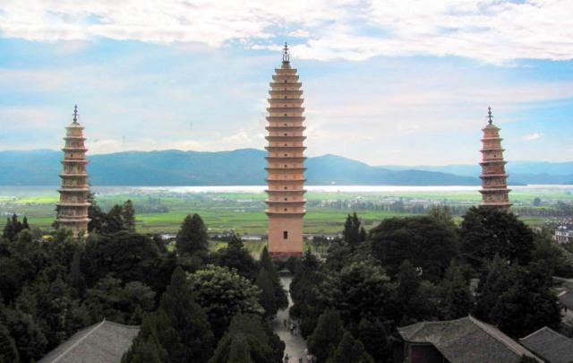 Dalis tre pagoder med Erhai-sjön i bakgrunden