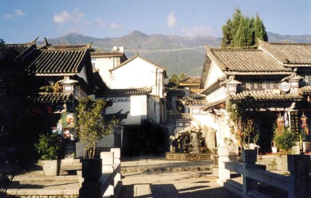 """Typiska Dali-hus på """"Fu Xing Lu"""" med berget Cangshan i bakgrunden"""