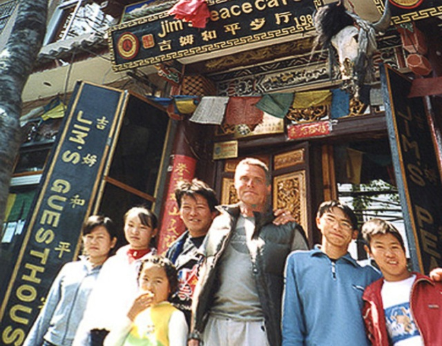 Jag, omgiven av Jim, hans dotter och hans personal